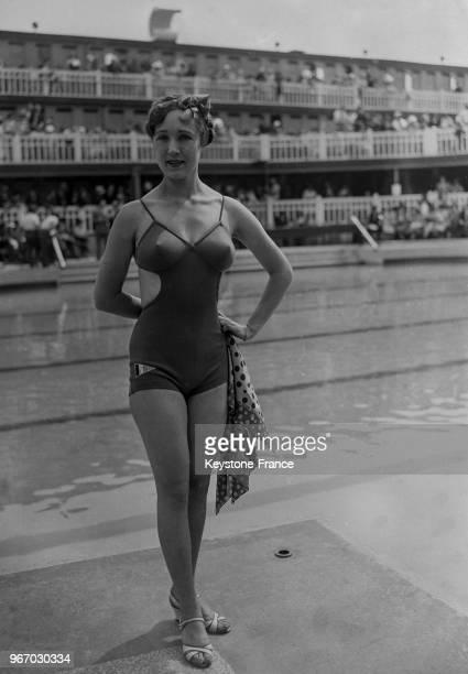Présentation de maillots de bain à la piscine Molitor à Paris France le 18 juin 1934