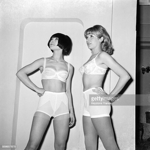 Présentation de modèles de lingerie dans les salons de l'Hôtel Royal Monceau organisé par le Groupement des Industries du Corset à Paris France le 7...