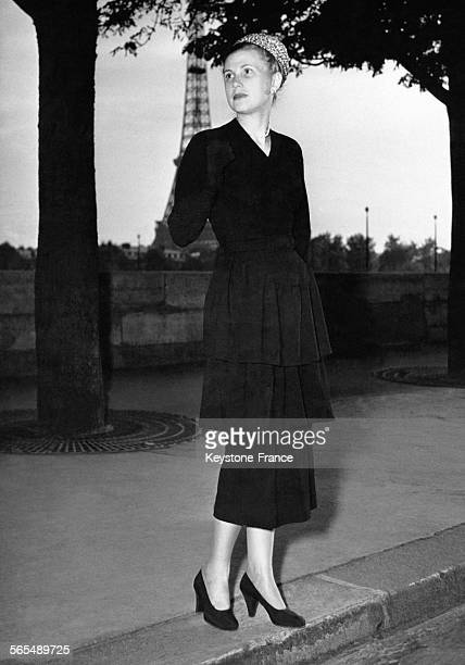 Présentation des modèles hiver 1948 de la haute couture parisienne mannequin portant une robe d'aprèsmidi en soie noire à Paris France en 1947