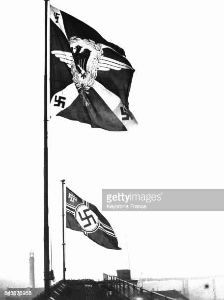 Présentation des nouveaux drapeaux allemands au premier plan le drapeau de l'armée de l'air au second plan pour la première fois le drapeau allemand...