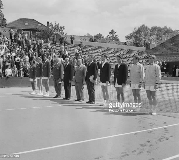 Présentation des équipes avant les matches de double de Coupe Davis qui opposeront la Hongrie à la France au stade RolandGarros à Paris en France le...