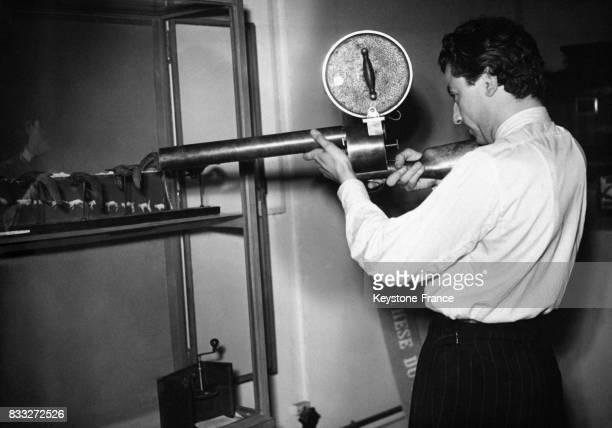 Présentation du fusil photographique de Louis Daguerre permettant de photographier les mouvements des pigeons en vol procédé dit de...