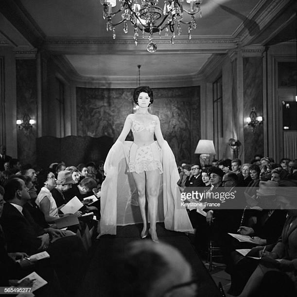 Présentation d'un modèle de corset gaine et soutiengorge à l'Hôtel RoyalMonceau à Paris France le 5 octobre 1961