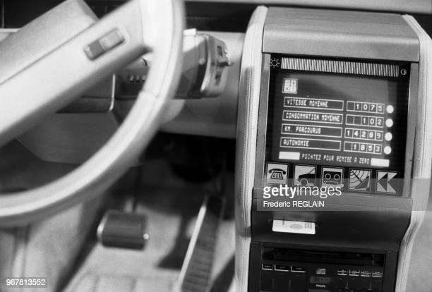 Présentation d'un ordinateur de bord d'une Renault lors du Salon de la 'productique' automobile à Douai le 26 octobre 1984 France