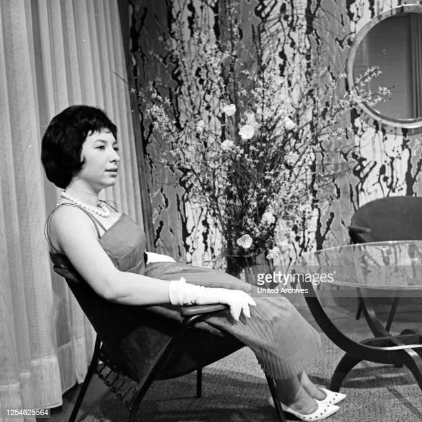 Präsentation modischer Kleidung für alle Lebenslagen, hier: Abendmode, Deutschland 1960er Jahre.