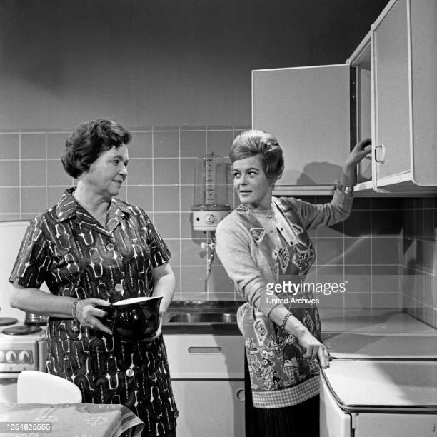 Präsentation modischer Kleidung für alle Lebenslagen, hier: Küche und Haushalt, Deutschland 1960er Jahre.