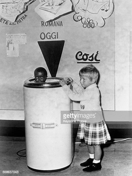 Présentation sur un stand de la foire de Turin d'un modèle de machine à laver les bébés à Turin Italie le 10 novembre 1965