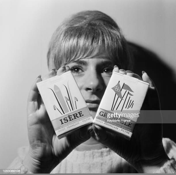Présentées par une jeune femme les deux nouvelles cigarettes 'Isère' la brune et 'Grenoble' la blonde en France le 10 novembre 1967