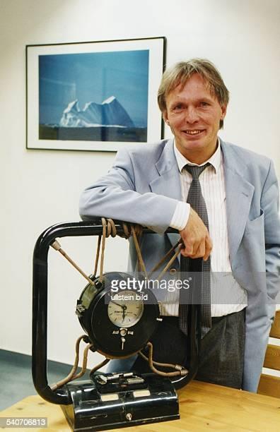 Präsident der Technischen Universität Harburg Prof Dr Hauke Trinks in seinem Präsidentenzimmer vor einem Erinnerungsstück eines Segeltörns einem...