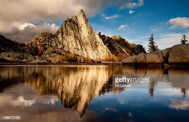 prusik peak reflection at sunset, alpine lakes wil - leckert stock pictures, royalty-free photos & images