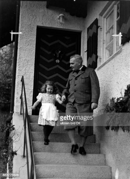 Pseudonym Rudolf Ernsdorf Schriftsteller Journalist Deutschland Portrait mit seiner Nichte beim Verlassen seines Landhauses in Prien am Chiemsee...
