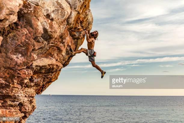 alpinista de psicobloc no mar - escalar - fotografias e filmes do acervo