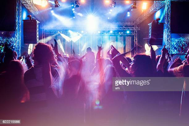 psychedelic concert crowd - music photos et images de collection