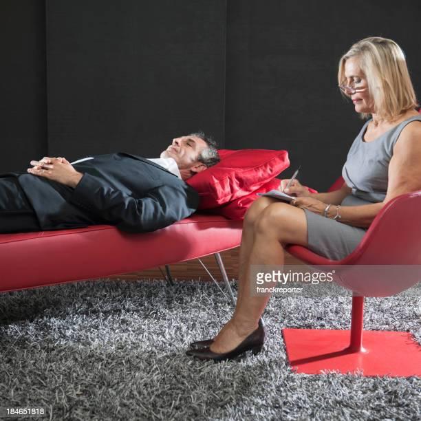 Psiquiatra tratamiento en el sofá rojo