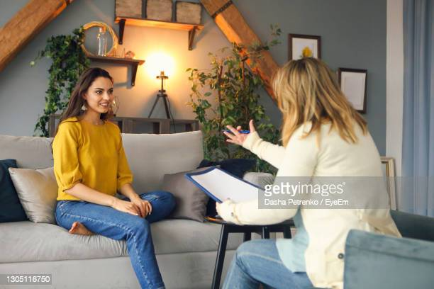psychologist talking with woman at home - psychiatrist's couch stock pictures, royalty-free photos & images