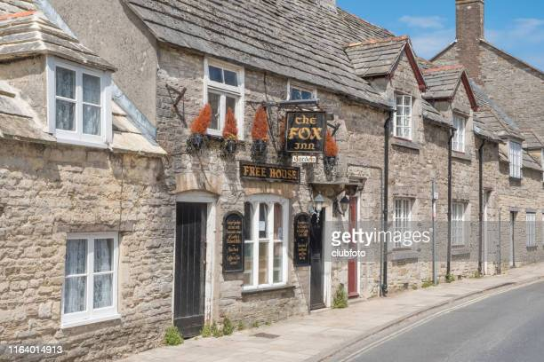 pub and backstreets of corfe castle, dorset, uk - inn stock pictures, royalty-free photos & images