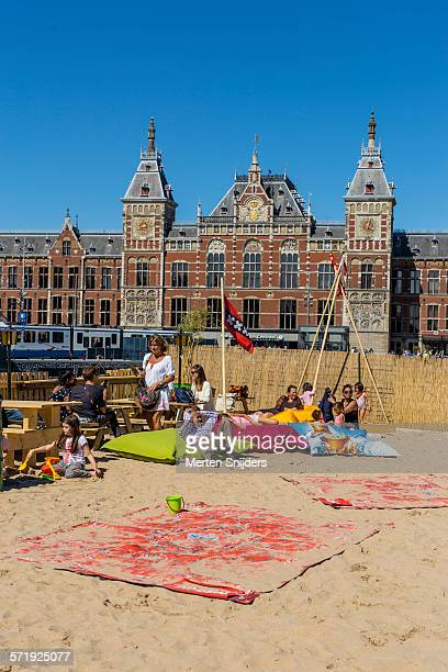 public beach in front of central station - merten snijders 個照片及圖片檔