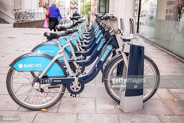 public bikes in london - barclays cycle hire stock pictures, royalty-free photos & images