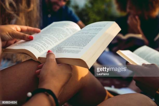 public livre la lecture avec des amis - littérature photos et images de collection