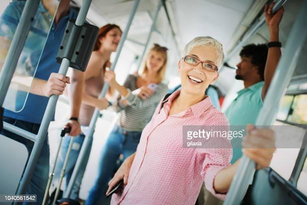 en bus public. - transports publics photos et images de collection