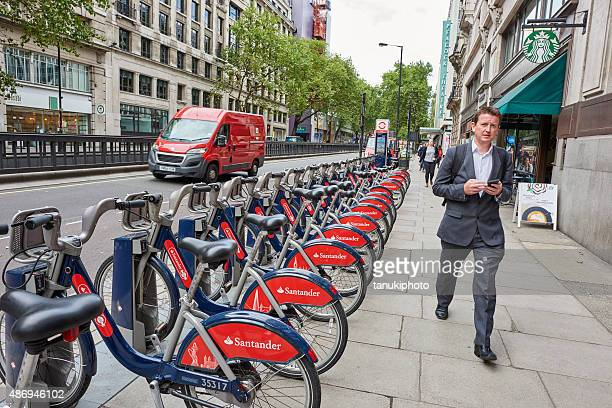 public bycicles in london - barclays cycle hire stock pictures, royalty-free photos & images