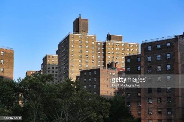 public housing projects in the east side of manhattan, new york city - council flat - fotografias e filmes do acervo