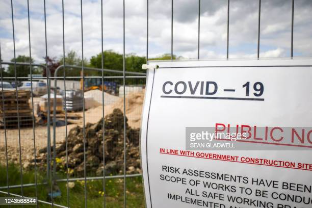 covid-19 public notice sign - construction industry stock pictures, royalty-free photos & images