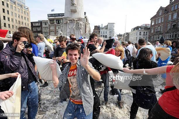 public lotta con cuscino su piazza dam, amsterdam - flash mob foto e immagini stock