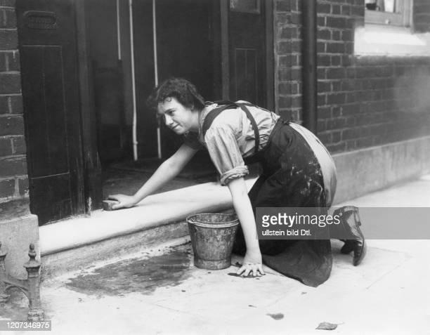 Public servants' school in London: housemaid scrubbing the floor - Vintage property of ullstein bild
