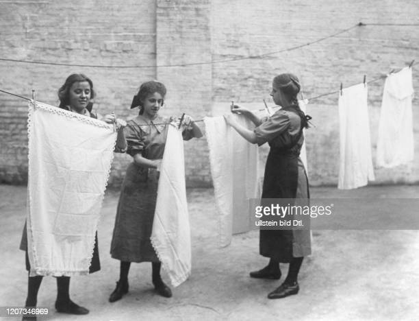 Public servants' school in London housemaids pegging out the washing Vintage property of ullstein bild
