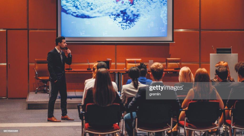 Orador na Convenção de ciência : Foto de stock