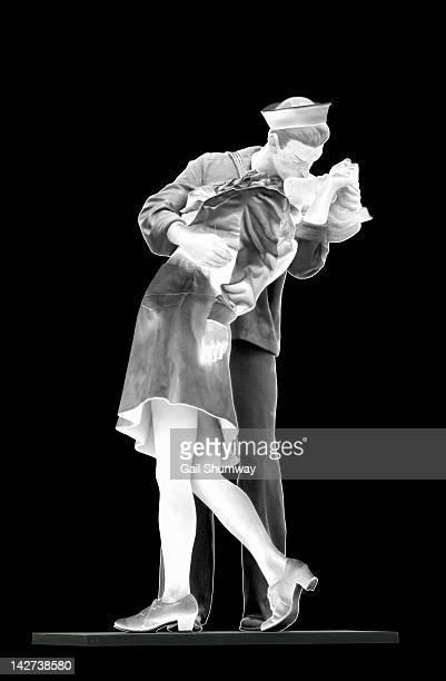 public statue of a sailor kissing a nurse - matroos stockfoto's en -beelden