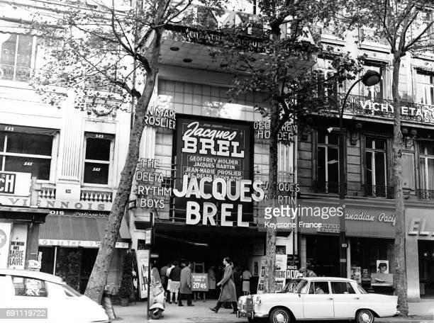 Publicité pour les concerts de Jacques Brel sur la façade de l'Olympia à Paris le 28 octobre 1964 France