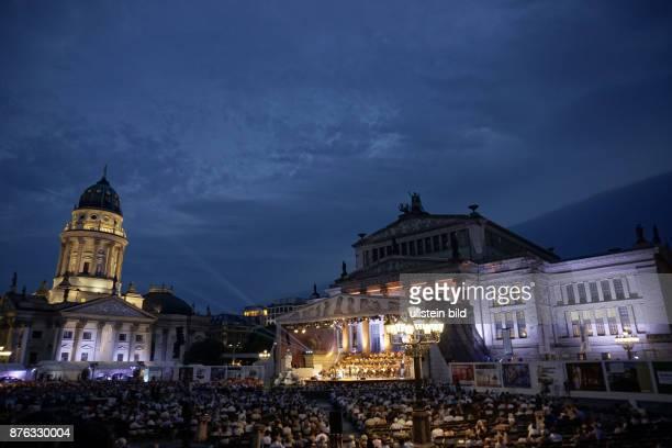 Publikum aufgenommen beim Classic Open Air Festival auf dem Gendarmenmarkt vor dem Konzerthaus in Berlin Mitte