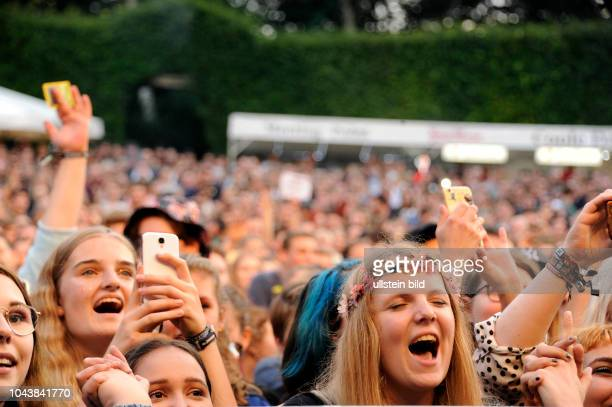 Publikum bei Alligatoah buergerlich Lukas Strobel der deutsche Rapper Saenger DJ und Produzent bei einem Konzert auf der...