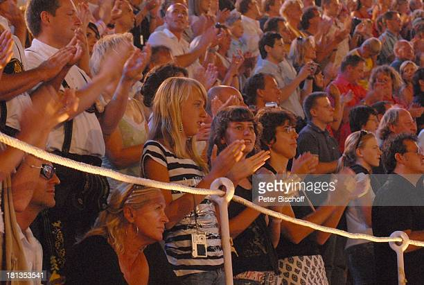 "Publikum, Party beim Schlussbild, ZDF-Show ""Wetten, dass?"", Stierkampfarena ""Coliseo Balear"", Palma de Mallorca, Insel Mallorca, Balearen, Spanien,..."