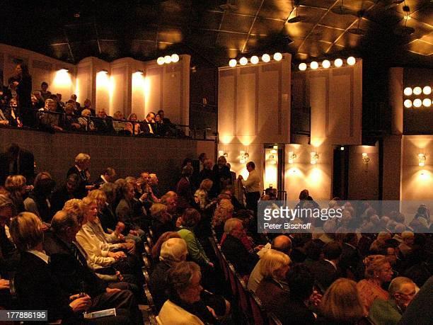 Publikum Zuschauer Fans Geburtstagsfeier zum 105 Geburtstag von J o h a n n e s H e e s t e r s nach Operette Im Weissen Rössl Theater Komödie im...