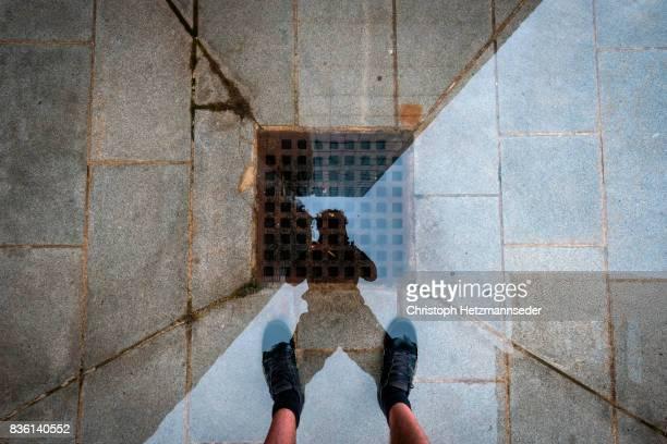 puddle self portrait - subjektive kamera ungewöhnliche ansicht stock-fotos und bilder