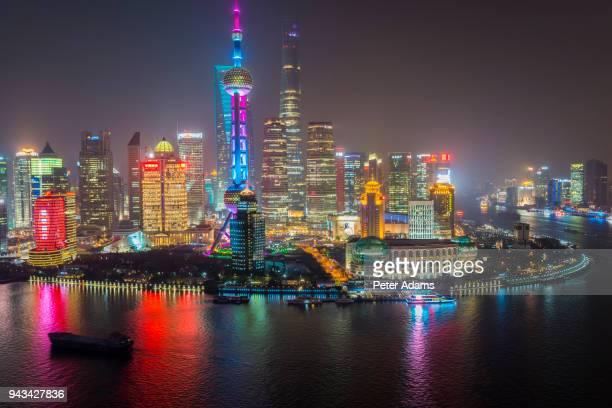 pudong financial skyline and huangpu river at night, shanghai, china - pudong - fotografias e filmes do acervo