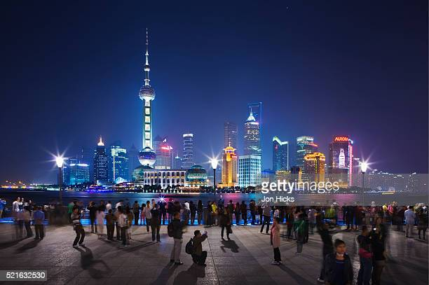 pudong skyline from the bund at night. - huangpu river stock pictures, royalty-free photos & images