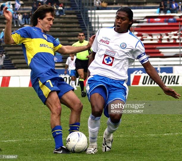 Joel Huiqui de Cruz Azul disputa el balon con Guillermo Schelloto de Boca Juniors durante un partido amistoso en Puebla el 23 de julio de 2006 AFP...