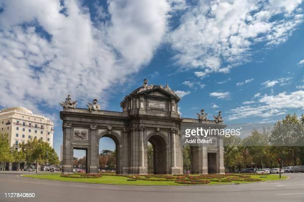 puerta de alcala iconic monumental gate( madrid, spain) - avenida fotografías e imágenes de stock