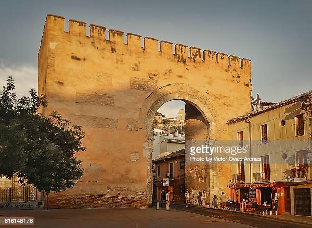 puerta de elvira (elvira gate) in the albaicin, granada, spain - albaicín fotografías e imágenes de stock
