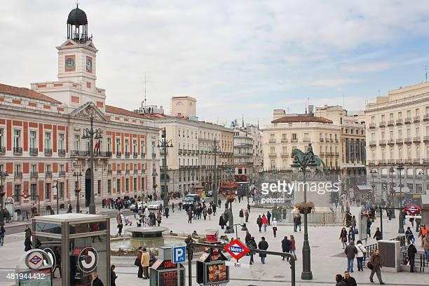 puerta del sol square, en el centro de la ciudad de madrid, españa. - puerta del sol fotografías e imágenes de stock