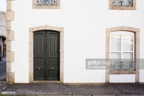 puerta principal fachada blanca - facade stock pictures, royalty-free photos & images