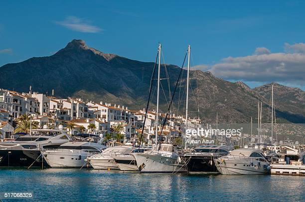 puerto banus marina - マルベーリャ ストックフォトと画像