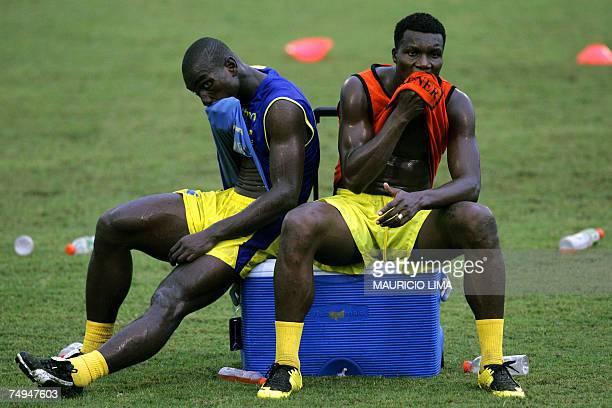 Puerto Ordaz, VENEZUELA: Ecuador's national team player Carlos Tenorio and Segundo Castillo wipe their sweat during a training session at Club...