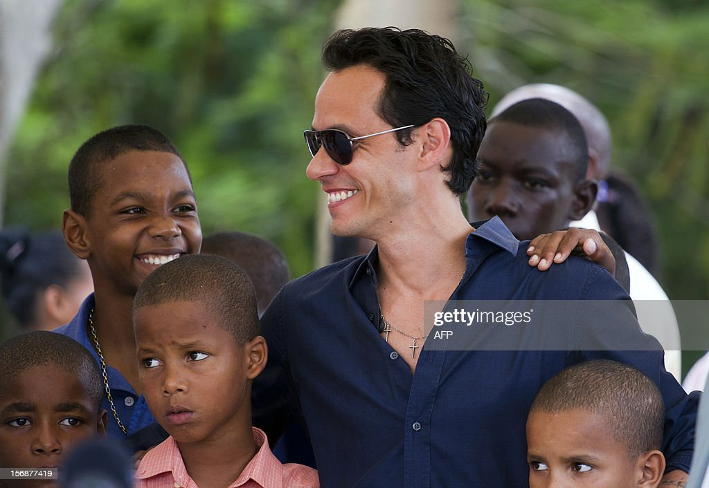 Puerto Rican singer Marc Anthony poses with children during the opening ceremony of the construction of the Orphanage Children of Christ in La Romana, Dominican Republic on November 23, 2012. AFP PHOTO/Erika SANTELICES
