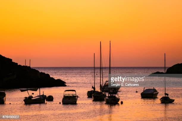 puesta de sol en cala vedella - ibiza island stock pictures, royalty-free photos & images