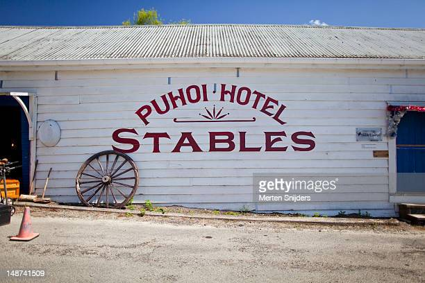 puhoi hotel stables selling second hand curiosa and furniture. - merten snijders stockfoto's en -beelden
